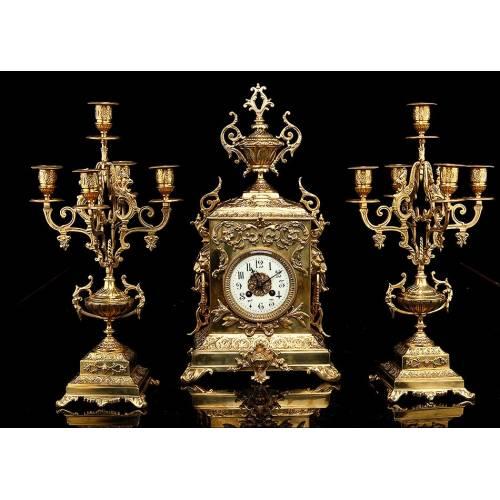 Reloj de Sobremesa con Candelabros en Bronce . Francia, Circa 1870. En Perfecto Estado de Funcionamiento