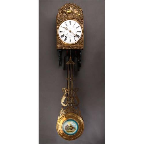 Delicado Reloj de Pared Morez Fabricado en Francia en 1920. Bronce Repujado, Funcionando Bien