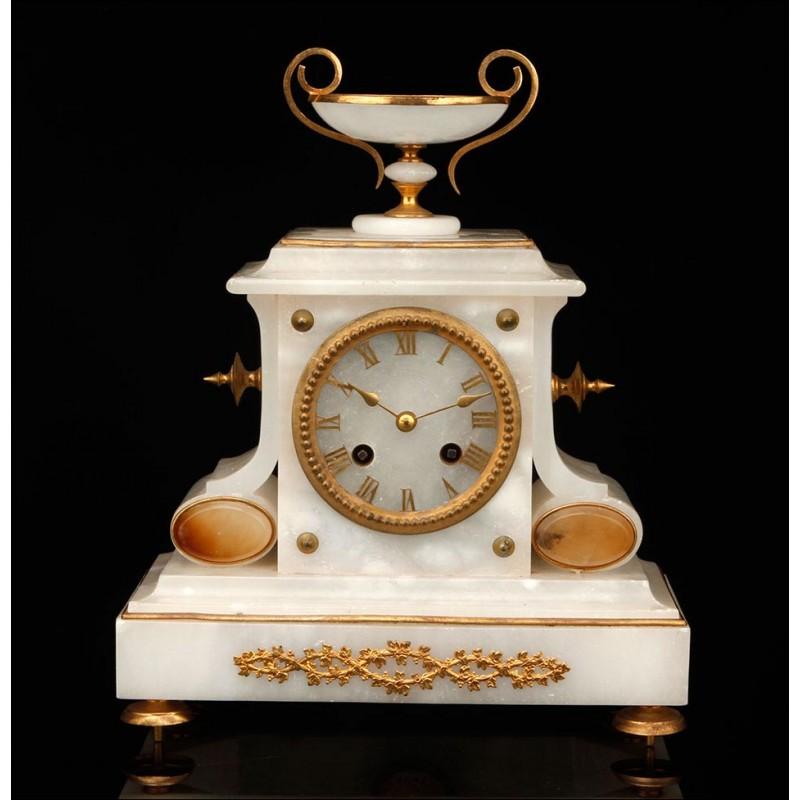 Elegante Reloj de Sobremesa Antiguo con Caja de Alabastro. Francia, Siglo XIX