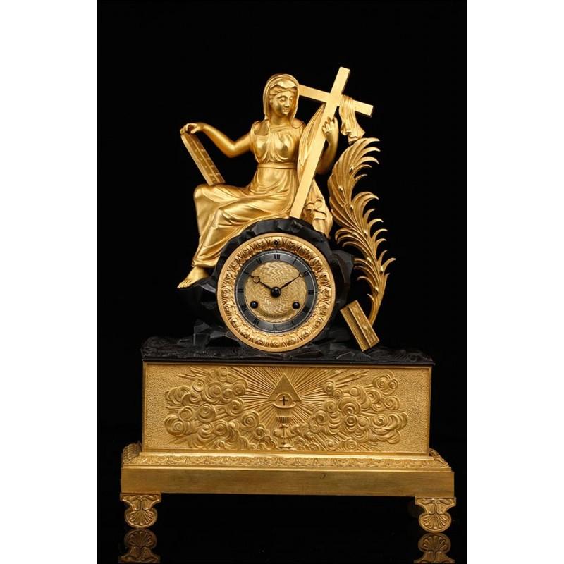 Bellísimo Reloj de Sobremesa en Bronce Dorado con Figura Alegórica Religiosa. Francia, Siglo XIX