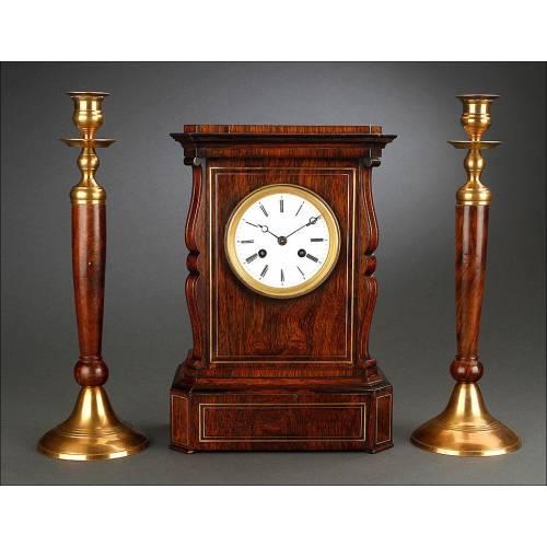 Elegante Conjunto de Reloj con Candeleros en Madera y Latón. Francia, 1900