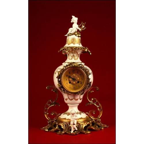 Decorativo Reloj de Péndulo de Sobremesa estilo Barroco en Metal y Bronce. S.XIX.