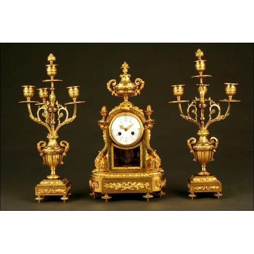 Magnífico Conjunto de Reloj de Sobremesa y Candelabros de Bronce. Francia, Finales del S. XIX