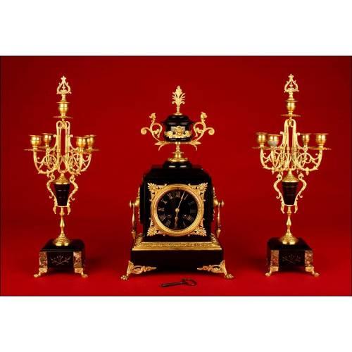 Conjunto Francés de Reloj de Sobremesa y Candelabros. Francia, S. XIX. Funciona Perfectamente