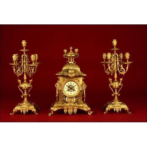 Precioso Reloj de Sobremesa Francés con Candelabros de Bronce. Fabricado en 1870. Funciona Bien