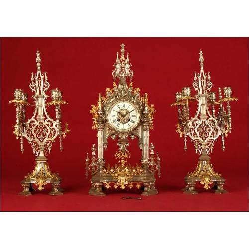 Impresionante Reloj de Sobremesa Neogótico con Dos Candelabros. Francia, Ca. 1.870. Funcionando