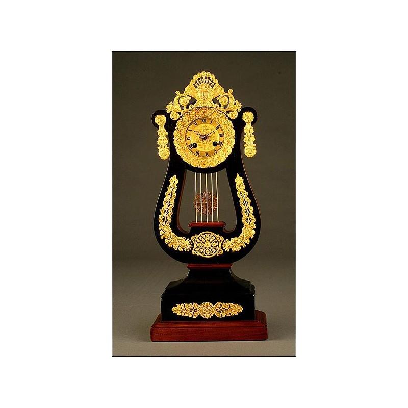 Original Reloj de Sobremesa en Forma de Lira en Madera y Bronce Dorado al Mercurio. 1820-1830.