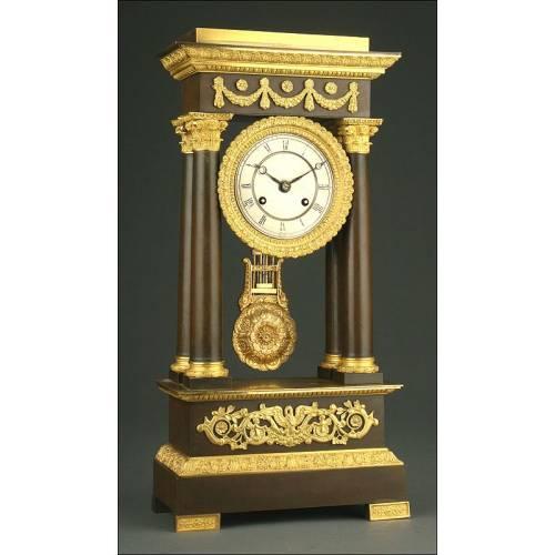 Elegante Reloj de Pórtico Francés en Bronce Dorado, ca. 1860.