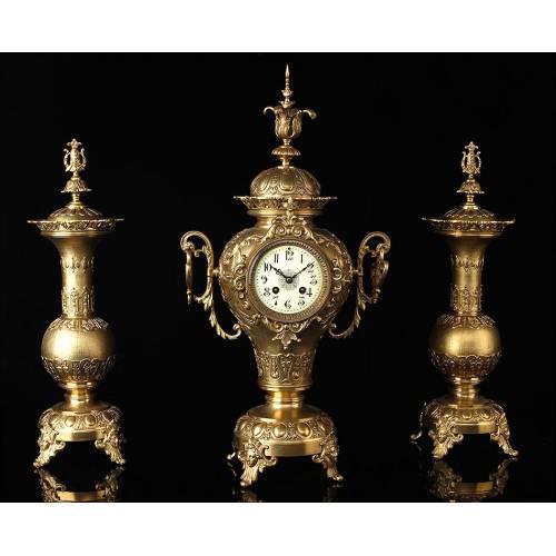 Antiguo Reloj Francés de Bronce con Guarnición. Siglo XIX.