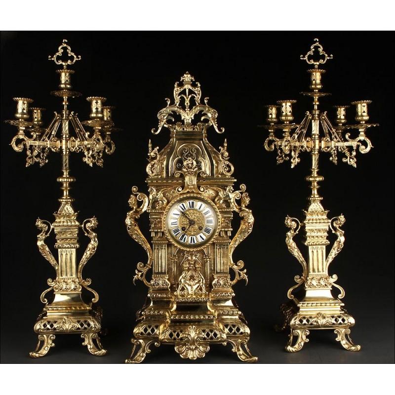 Conjunto Francés de Reloj de Sobremesa con Candelabros de Bronce. Siglo XIX. Perfecto Estado y Funcionando