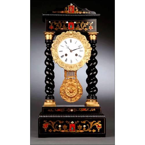 Bello Reloj Francés Tipo Pórtico con Incrustaciones. Fabricado en 1880. Funciona Perfectamente