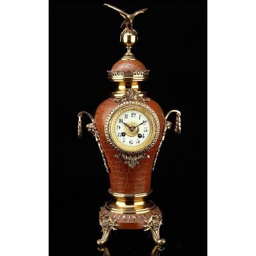 Reloj Francés de Sobremesa Tipo Ánfora. Año 1900, en Bronce Esmaltado. Perfecto Funcionamiento