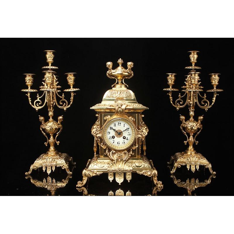Espectacular Conjunto de Reloj con Candelabros en Bronce dorado. Francia, Siglo XIX