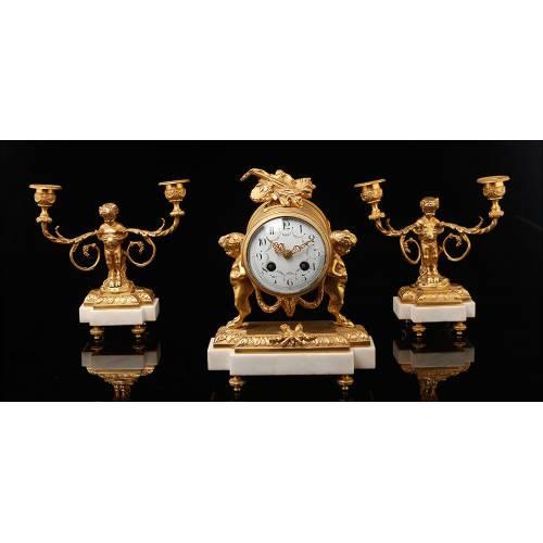 Conjunto de Reloj de Sobremesa y Candelabros en Bronce y Mármol. Francia, Siglo XIX