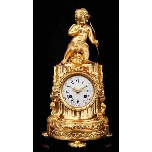 Delicado Reloj de Sobremesa Realizado en Bronce Dorado con Cupido. Francia, Siglo XIX