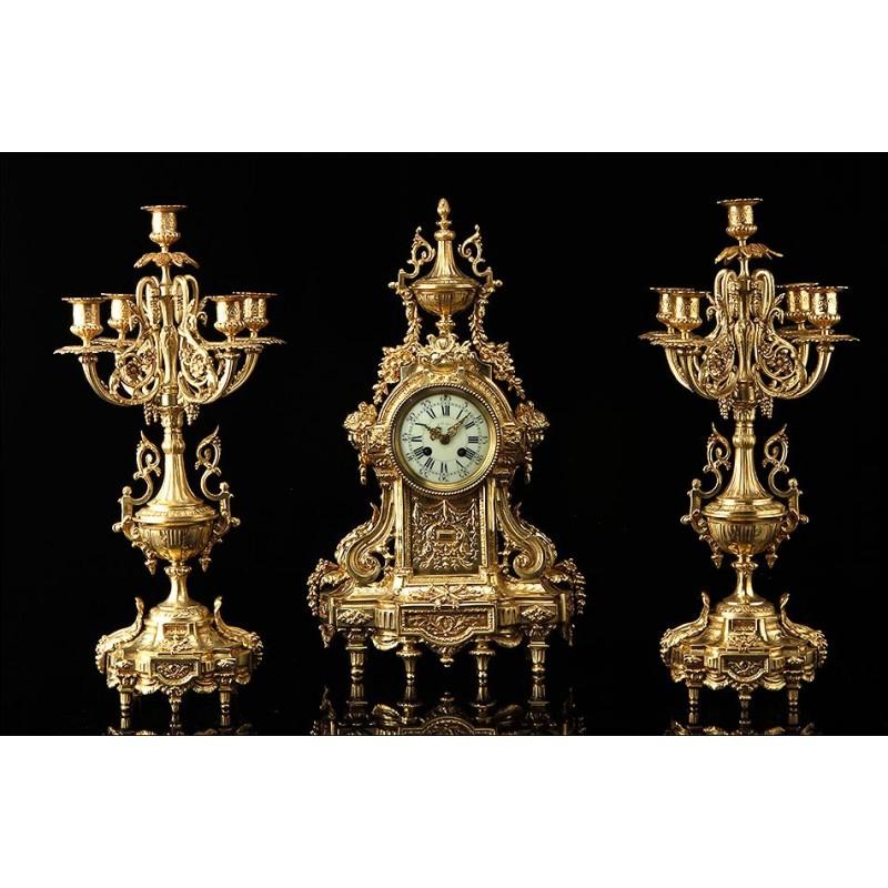 Aristocrático Conjunto de Reloj de Sobremesa y Pareja de Candelabros. Francia, Siglo XIX