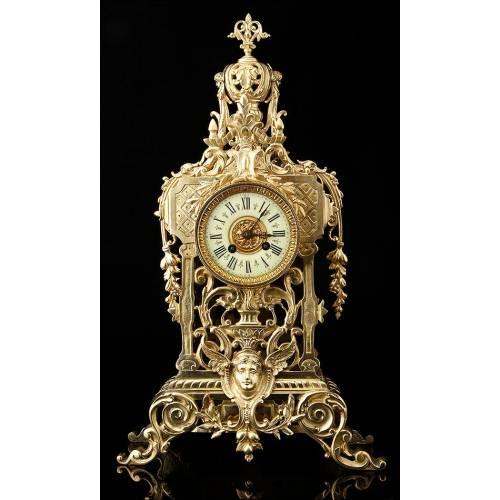 Hermoso Reloj de Bronce Fundido en Perfecto Funcionamiento. Francia, Siglo XIX
