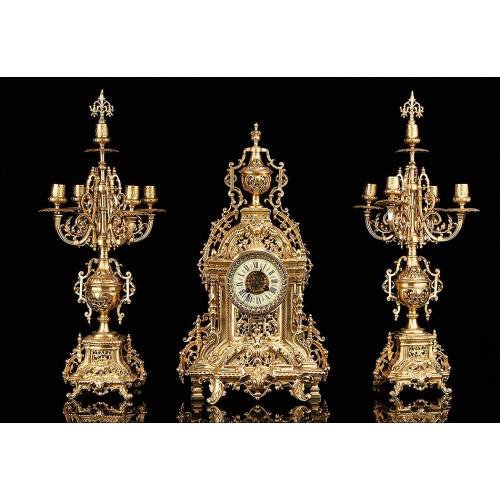 Conjunto de Reloj y Pareja de Candelabros en Bronce Dorado. Francia, S. XIX. Funcionando