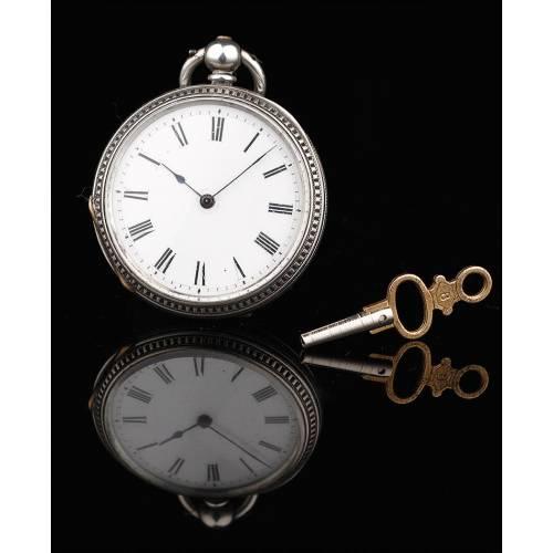 Reloj Inglés de Plata con Llave Original. Año 1870, en Buen Estado y Funcionando Perfectamente