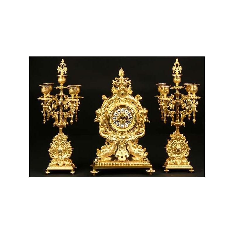 Reloj de bronce antiguo con guarnición. Sonería. S. XIX