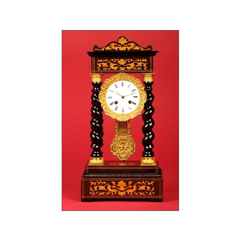 Precioso Reloj de Pórtico Francés con Marquetería y Bronce Dorado. 1870.