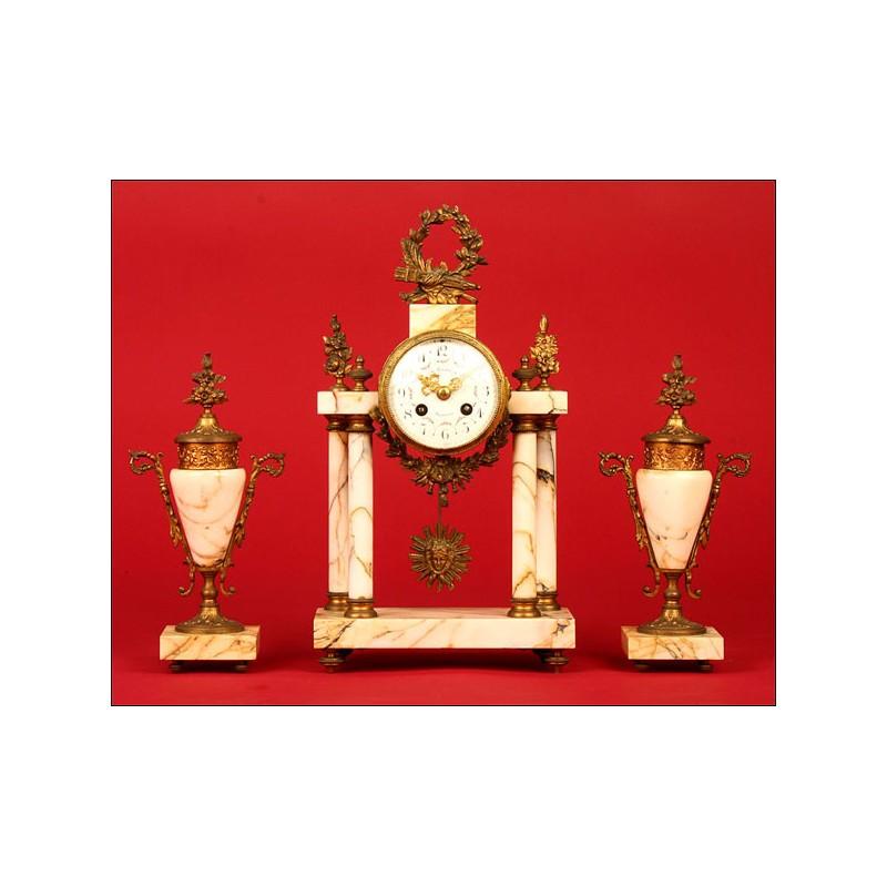 Decorativo Reloj Francés de Columnas con Guarnición. 1880.