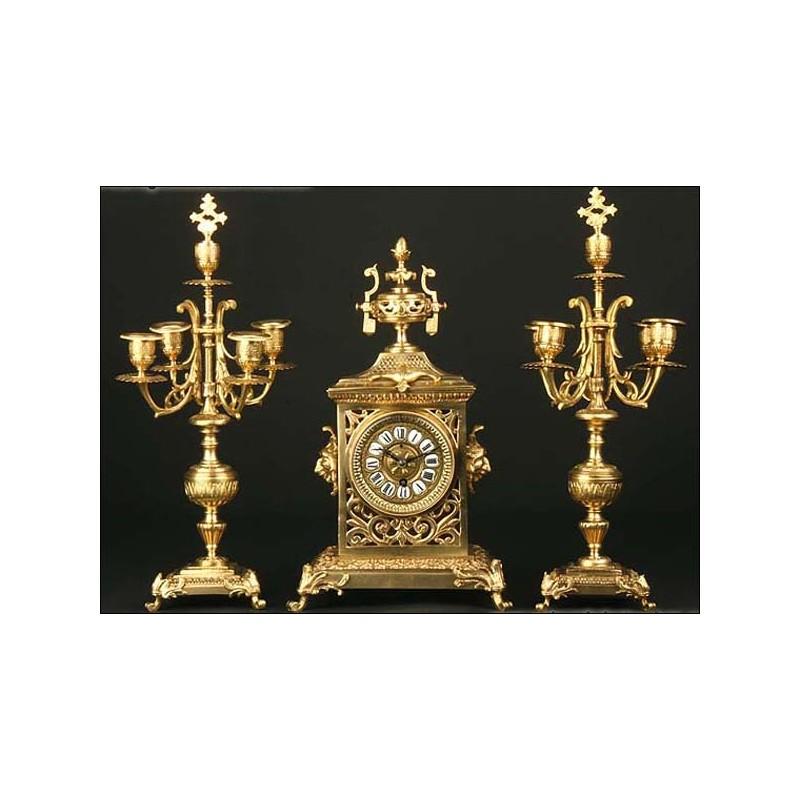 Reloj de sobremesa de bronce con candelabros. 1885