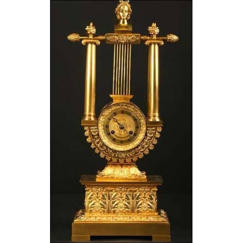 Reloj antiguo en bronce dorado y forma de Lira. S. XIX