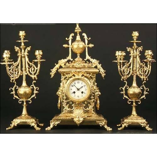 Reloj de sobremesa en bronce y guarnición. 1880