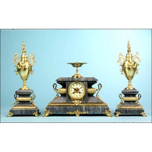 Reloj de sobremesa en mármol y bronce. Grifos. 1900