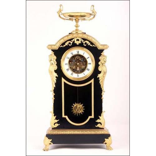 Reloj antiguo con péndulo de sol y raro movimiento París. S. XIX