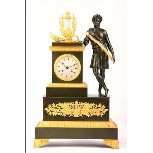 Reloj tipo imperio en bronce dorado y pavonado. 1820