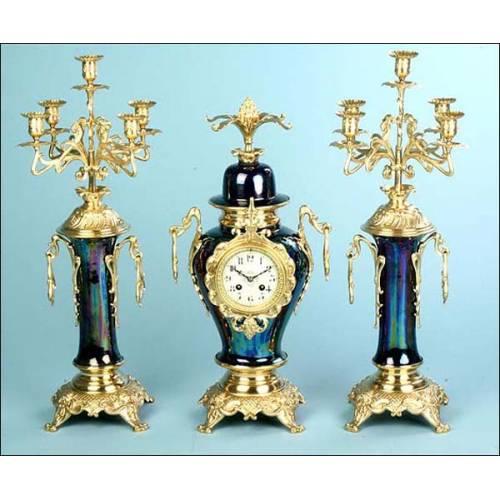 Reloj de péndulo en bronce y porcelana azul cobalto. 1890