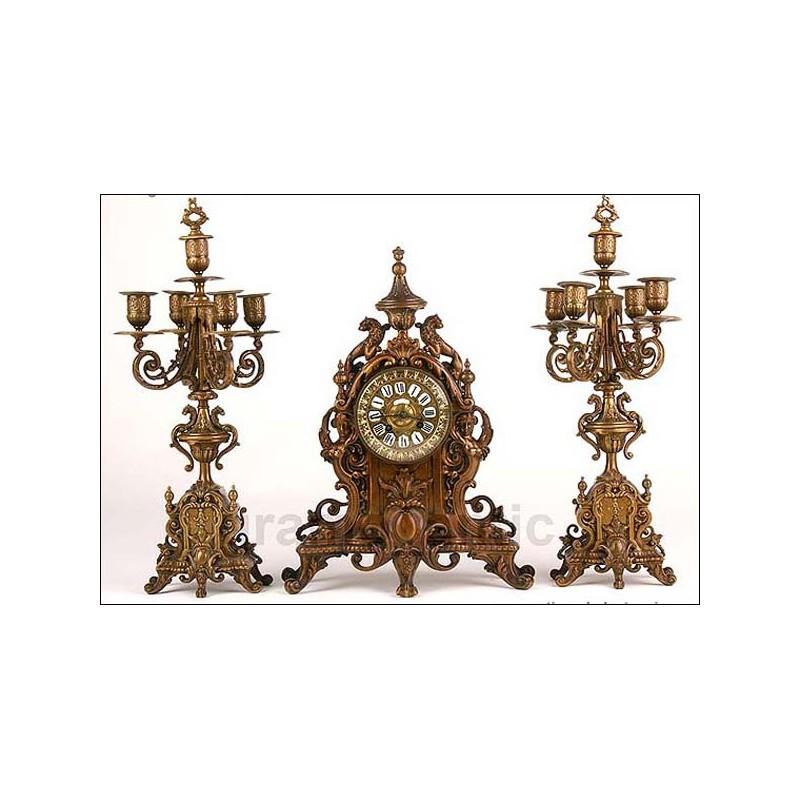 Antiguo reloj francés en bronce patinado + guarnición. 1870