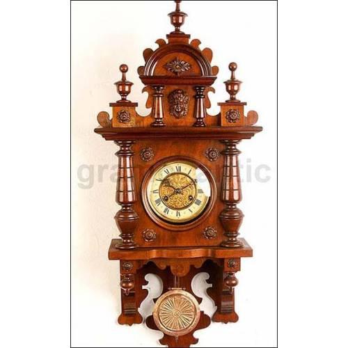 Gran reloj de pared con sonería. Castaño. 83 cms. 1900