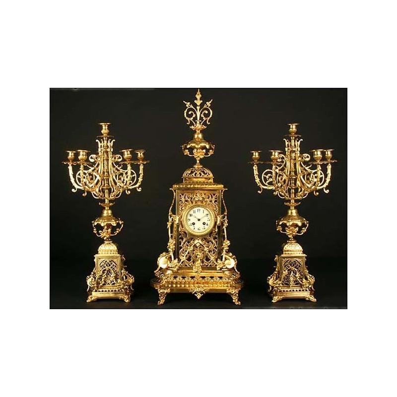 Reloj de sobremesa en bronce con guarnición. 1880