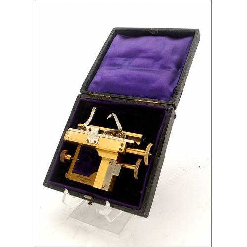 Sistema de Ajuste Micrométrico Para Microscopio Henry Crouch. Inglaterra, Circa 1900