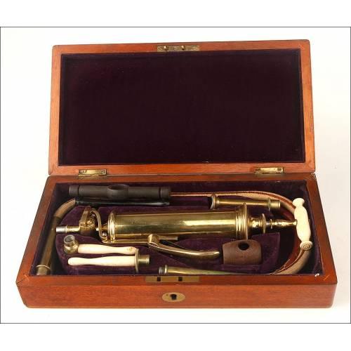 Antigua Bomba Médica. Estuche de caoba original. Inglaterra, Circa 1900
