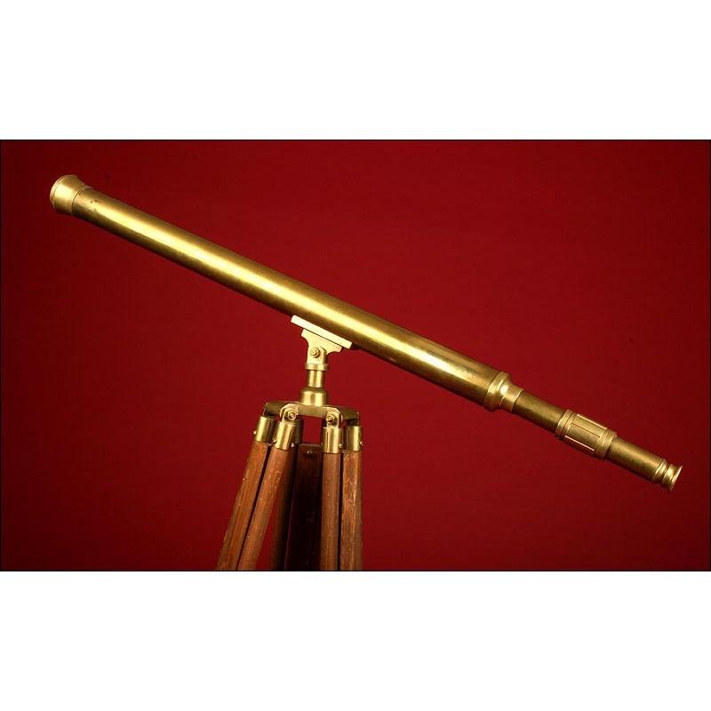 Telescopio de Latón Sobre Trípode de Madera. Años 20. En Buen Estado.