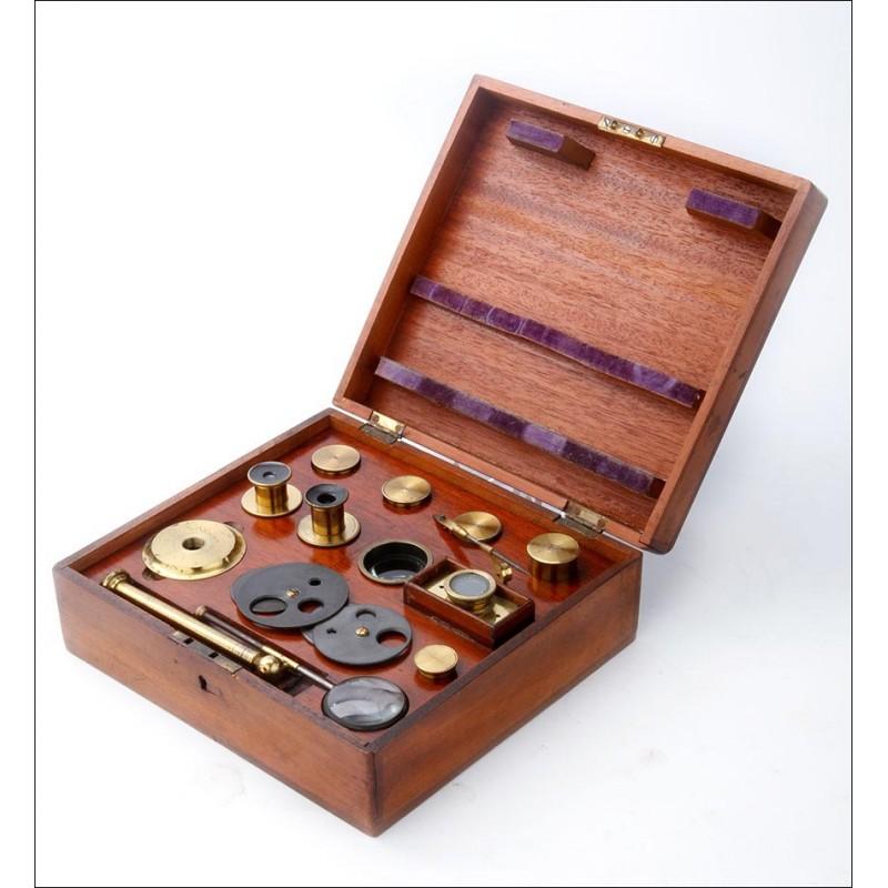 Magnífico y Completo Juego de Accesorios y Lentes para Microscopio Compuesto. Circa 1880