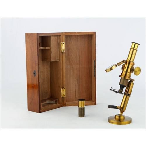 Atractivo Microscopio de Latón Antiguo Funcionando Bien. Circa 1900