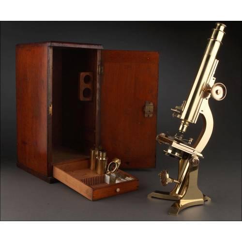 Importante Microscopio Inglés de Latón, Año 1880. Completo, Funcionando y en Caja Original