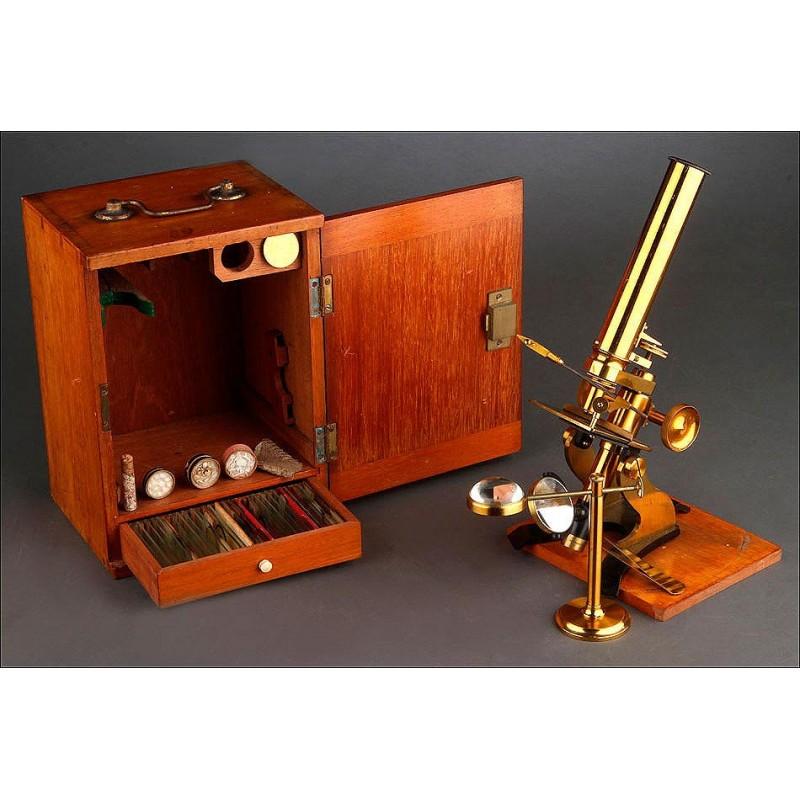 Completo Microscopio de Latón en Estuche de Madera. Gran Bretaña, 1860. Funcionando