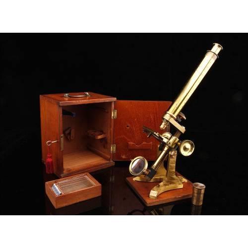 Precioso Microscopio de Latón de W.C. Hughes, Fabricado en Londres Circa 1870. Funcionando Bien