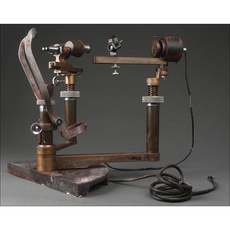 Curioso Oftalmómetro Inglés Fabricado en los Años 20-30 del Siglo XX. En Latón y con Luz Eléctrica