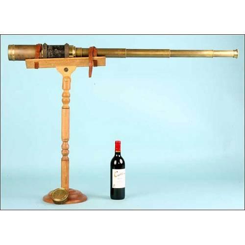 Gran catalejo con soporte de madera. 140 cms de longitud