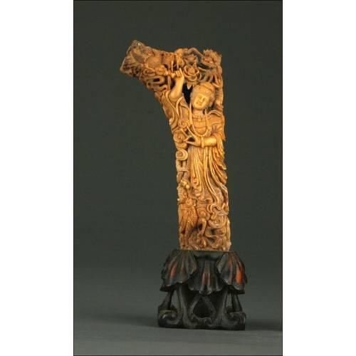 Magnífica Talla China de Kwan Yin Realizada en Hueso, S. XIX. Con Base de Madera También Tallada