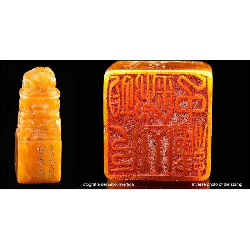 Antiguo Sello Tallado a Mano sobre Jade Color Ámbar. China, Siglo XIX
