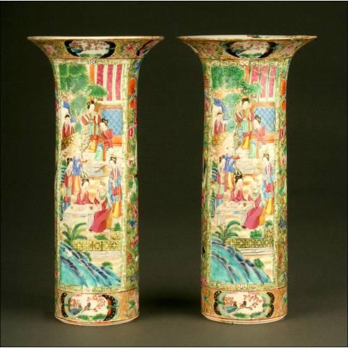 Elegante Pareja de Jarrones Chinos en Porcelana de Cantón. Circa 1.850. Decorados a Mano
