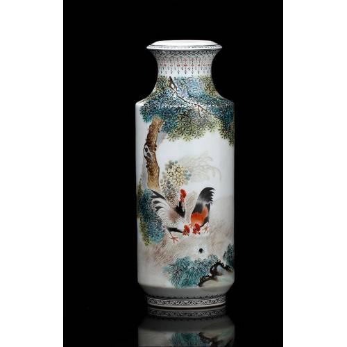 Jarrón de Porcelana Pintado a Mano por Liu Yu Cen. China, Mediados del Siglo XX